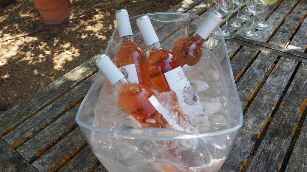 różowe wino na przyjęciu