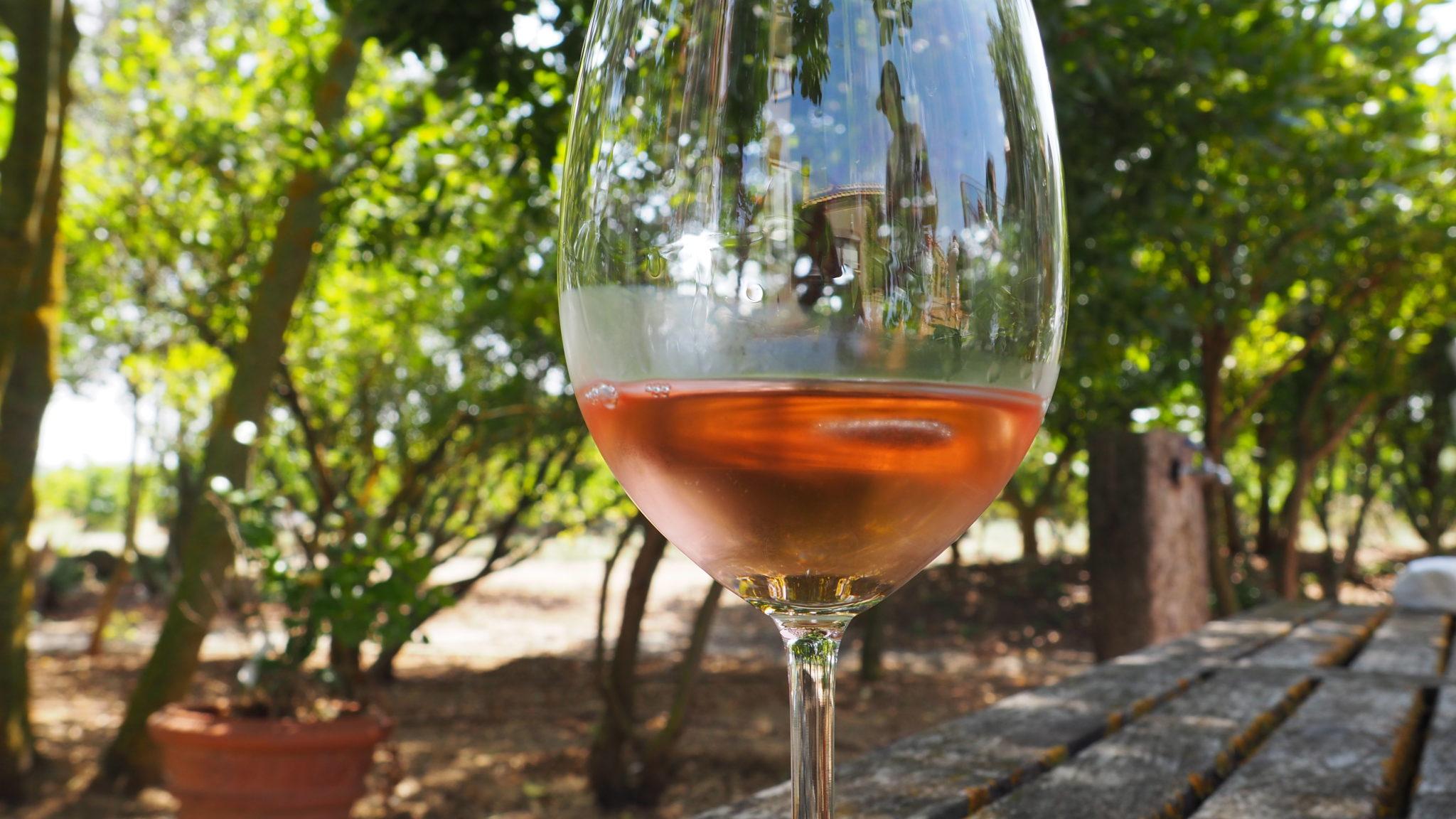 różowe wino w kieliszku