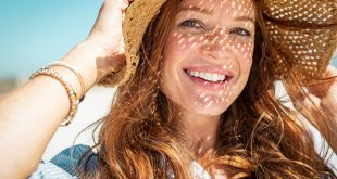 kobieta w kapeluszu słomkowym