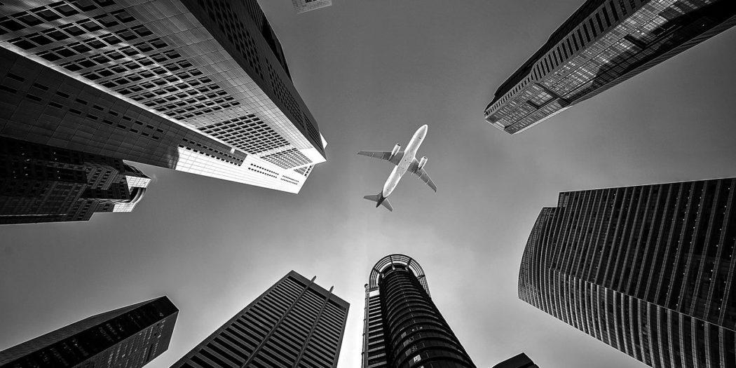 samolot nad wieżowcami
