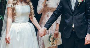ślub para trzymająca się za rece
