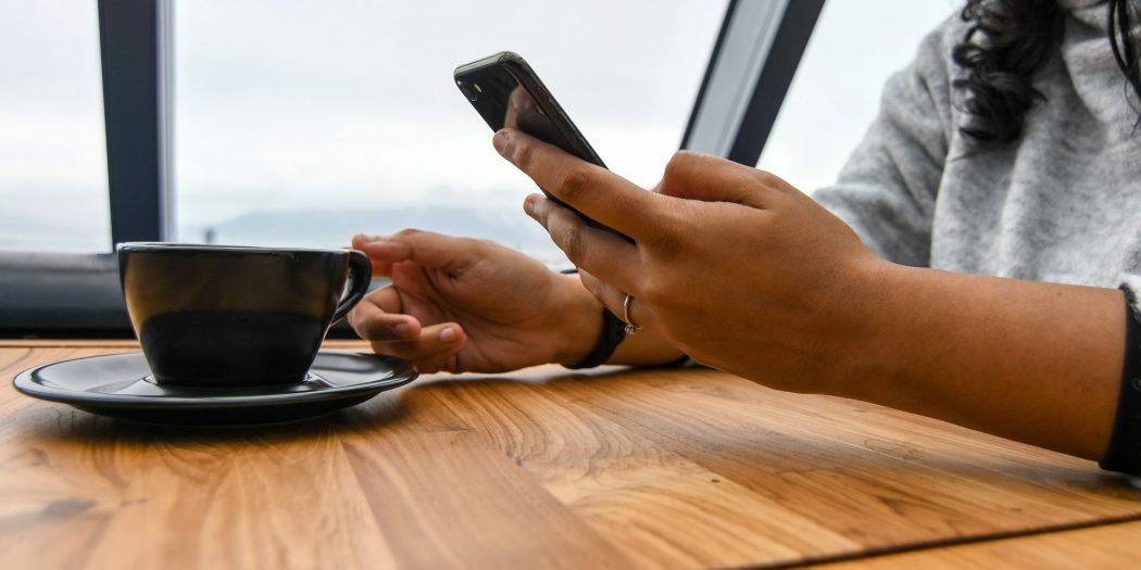 przeglądanie smartfona przy kawie