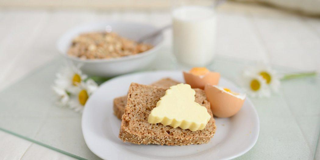 śniadanie masło na kromce chleba