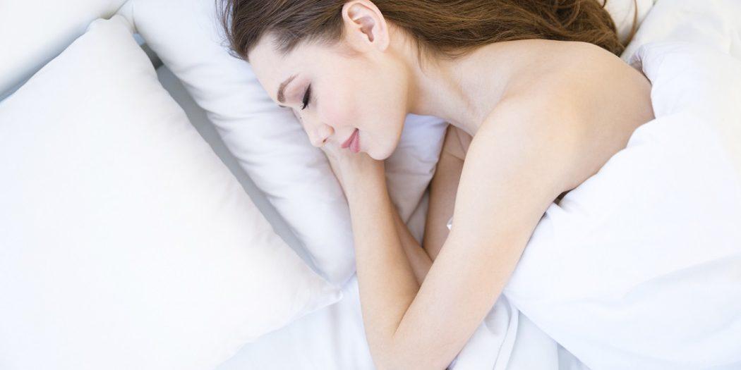Kobieta śpiąca na poduszce
