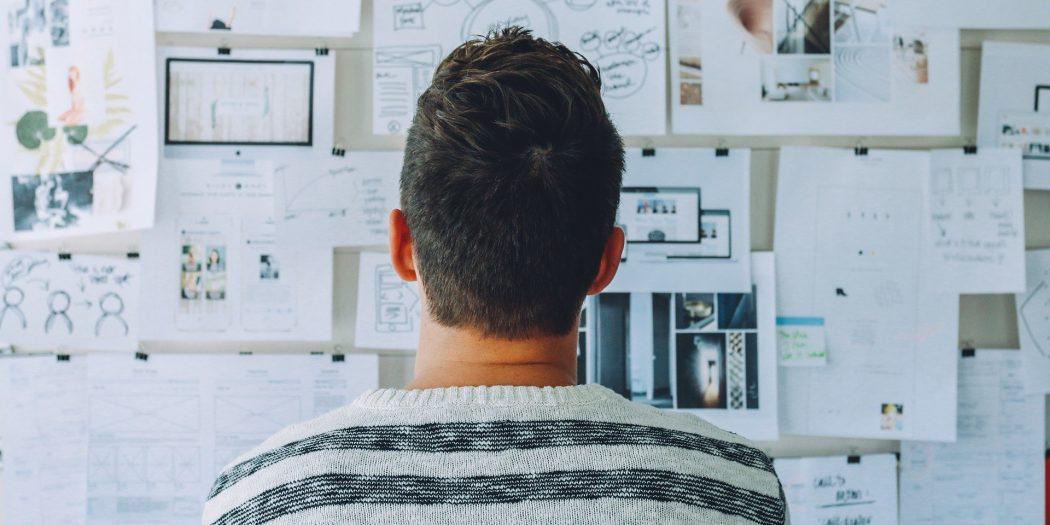 startup człowiek przed tablicą