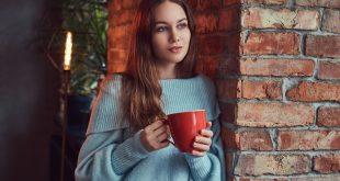 kobieta w swetrze w pracy