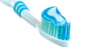 szczoteczka do zębów z pastą