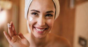 trądzik różowaty kobieta w ręczniku na głowie