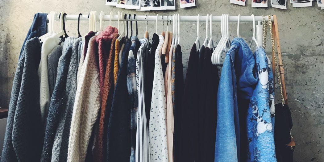 wieszak z ubraniami