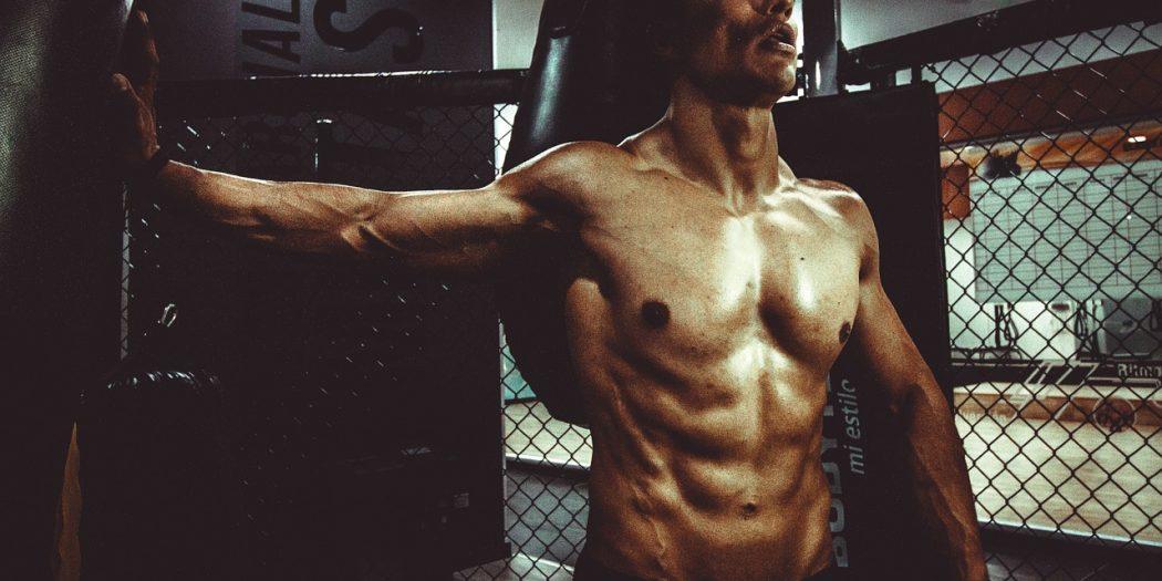wysportowany mężczyzna mięśnie