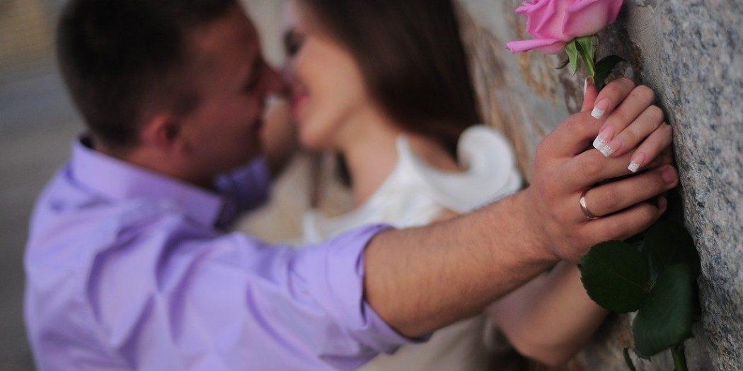 zakochana para przy murze