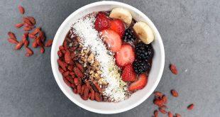 zdrowe śniadanie z owocami