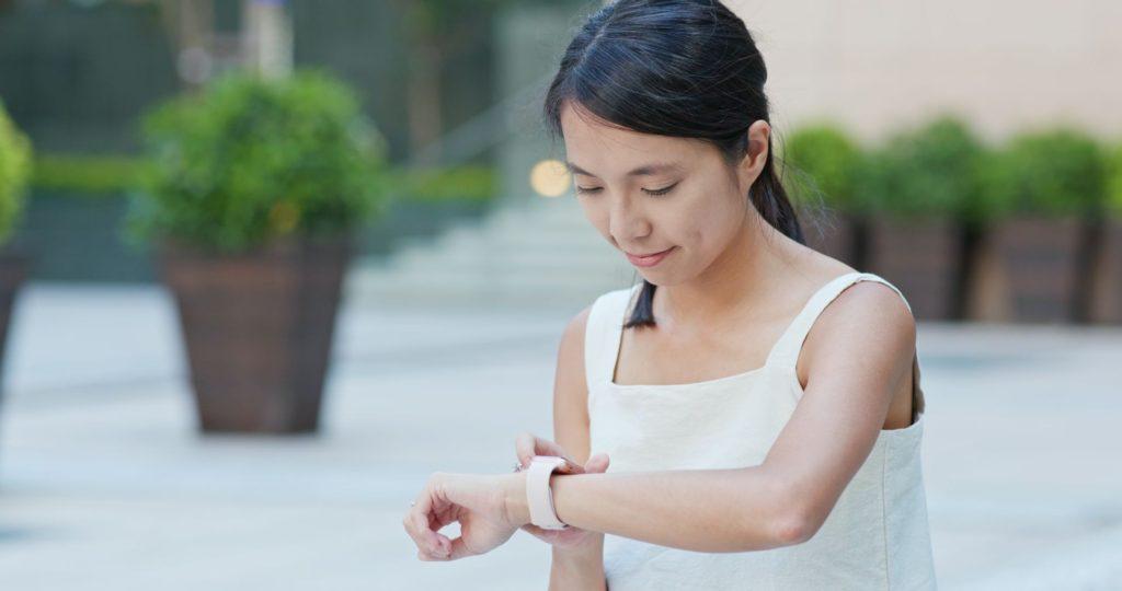 kobieta nosząca smart watch