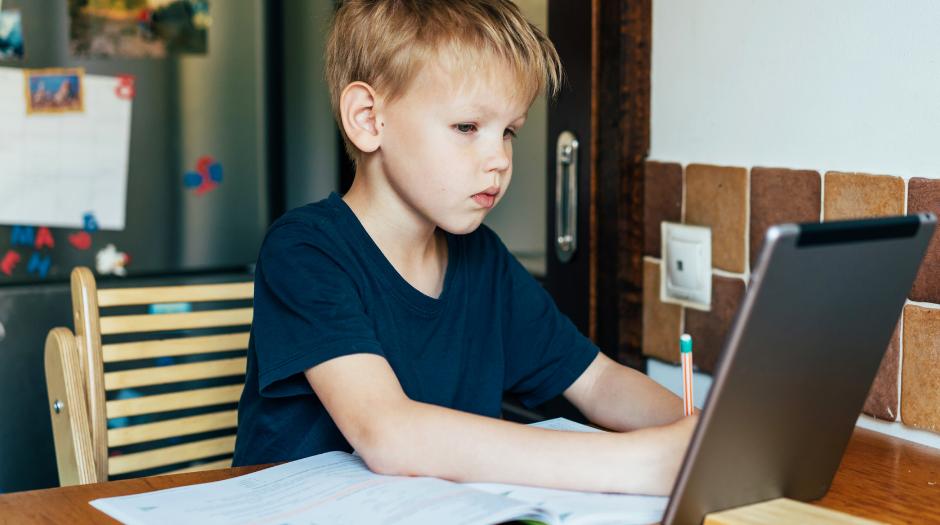 dziecko uczące się przy tablecie