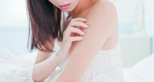 kobieta obserwująca łupież na ręce