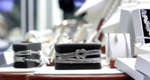 Srebrny naszyjnik, bransoletka na czarnym tle w sklepie jubilerskim