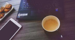 Przekąski i kawa przy biurku