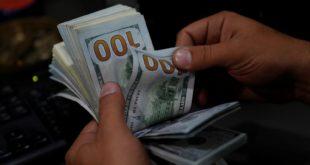 Człowiek przeliczający pieniądze