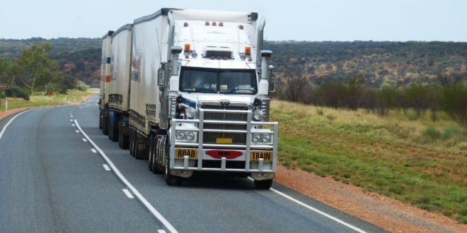 Duża ciężarówka na drodze