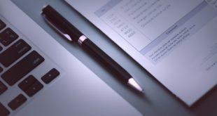 Faktura, komputer i długopis