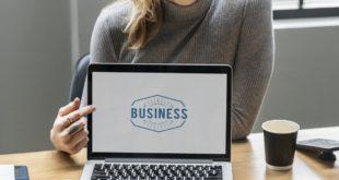 Kobieta i komputer z napisem biznes