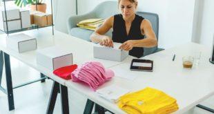 Kobieta prowadząca sklep internetowy