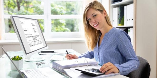 Młoda kobieta wystawia fakturę online