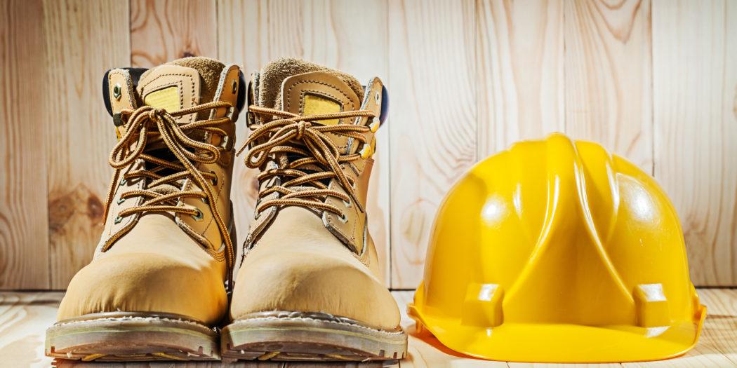 buty robocze i żółty kask