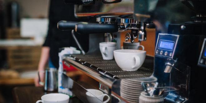 Ekspres dwukolbowy podczas parzenia espresso