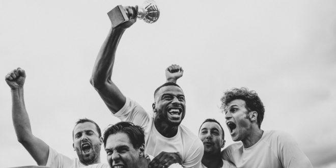 Mężczyźni cieszą się z wygranej