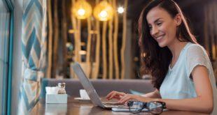 kobieta freelancer pracująca na komputerze