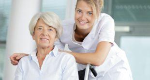 opiekunka starszej kobiety