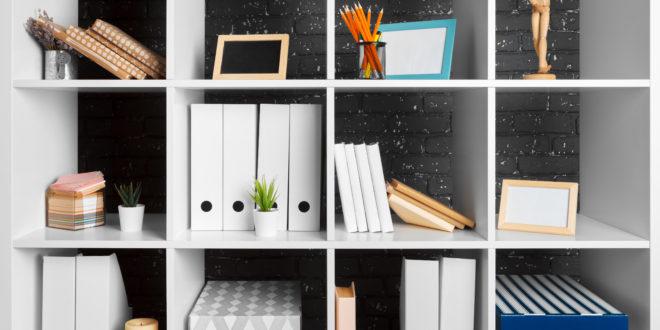 półka z dokumentami w segregatorach i w pudełkach