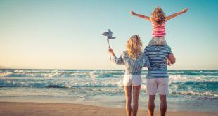rodzina nad morzem w długi weekend
