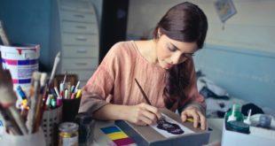 dziewczyna projektująca ubranie w szwalni