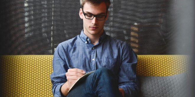 Mężczyzna skupia się na pracy
