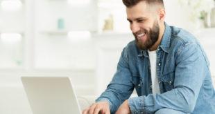 Młody mężczyzna szuka pracy w internecie