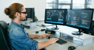 Programista pracuje przy komputerze