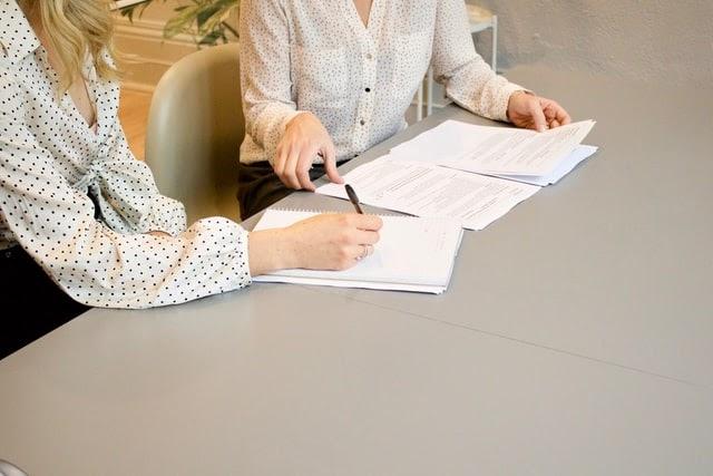 kobieta podpisująca umowę o pracę