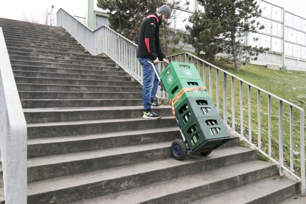 Pracownik ze schodołazem towarowym