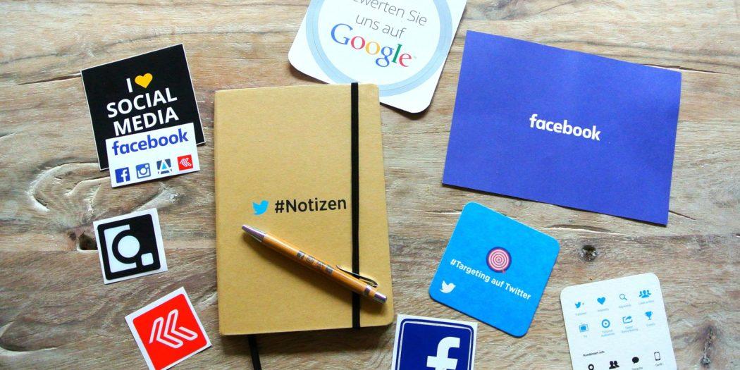 social media logo na biurku