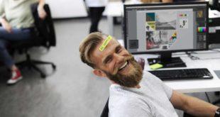 Szczęśliwy mężczyzna w pracy