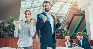 wellbeing pracownika zadowoleni pracownicy z hantlami w dłoniach
