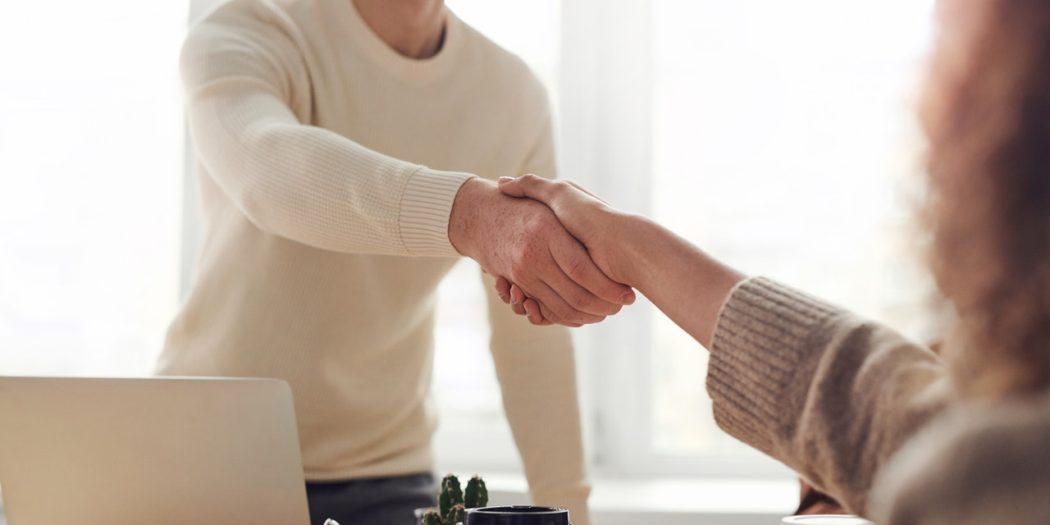 współpraca z biurem tłumaczeń podawanie sobie ręki