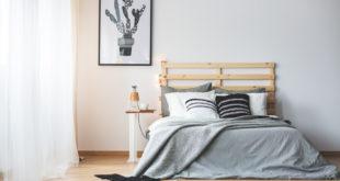 Biało-czarny plakat w sypialni