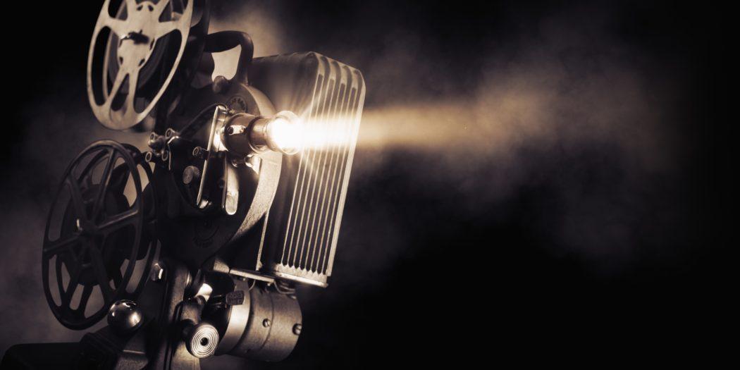 projektor filmowy na czarnym tle