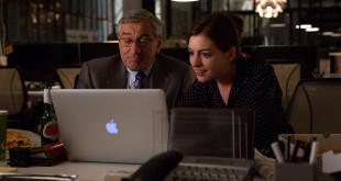 "Robert de Niro jako Ben Whittaker i Anne Hathaway w roli Jules Ostin w komedii Warner Bros. Pictures  ""Praktykant"", dystrybucja Warner Bros. Pictures"