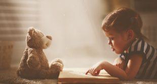 mała dziewczynka czytająca książkę