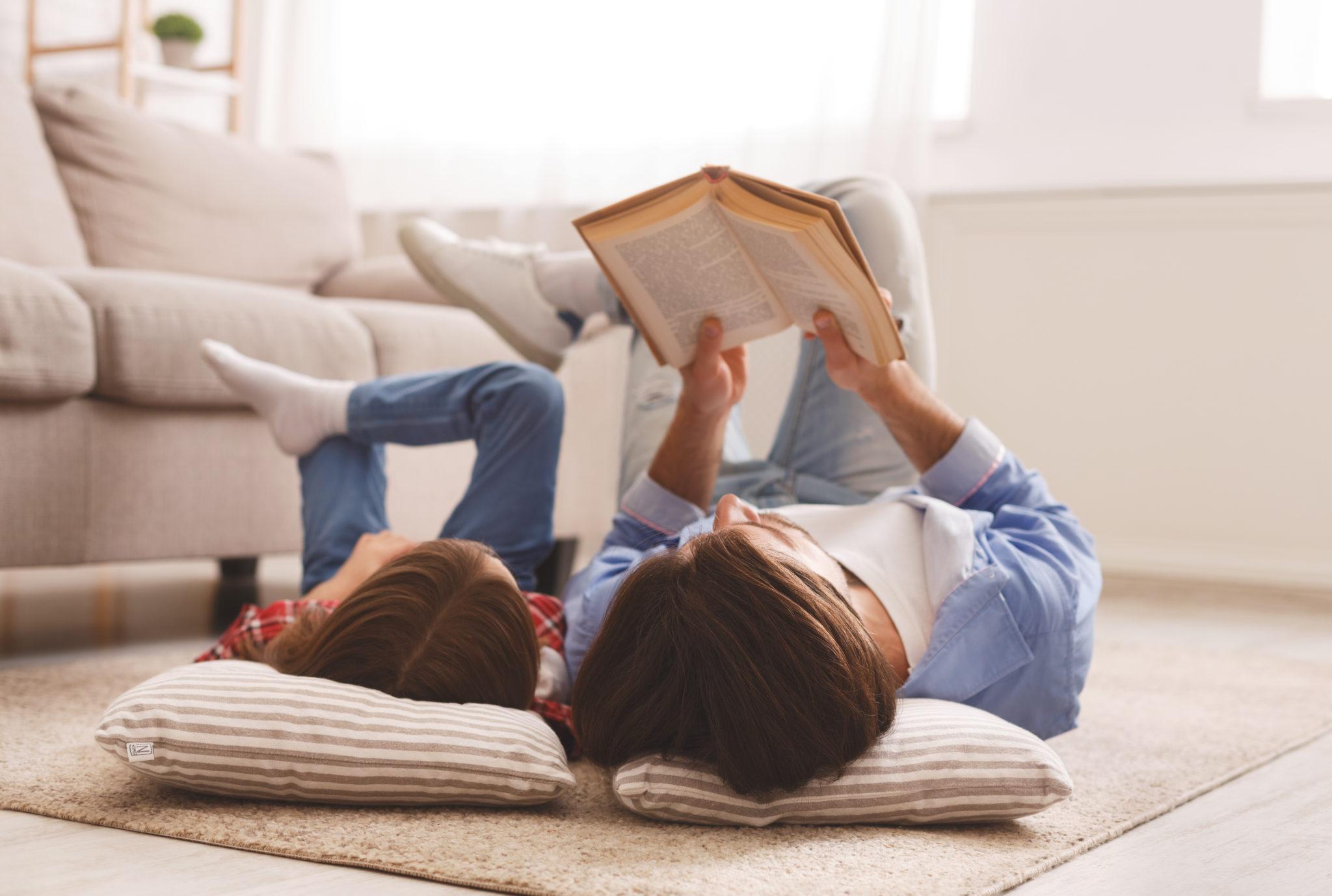 matka czytająca córce książkę