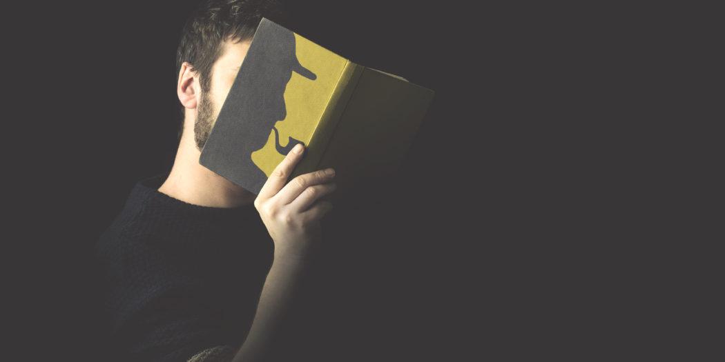 mężczyzna czytający thriller